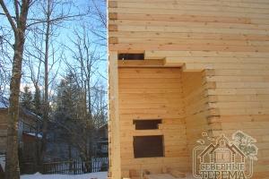 Угловой вход в дачный домик, при отделке установят дверь