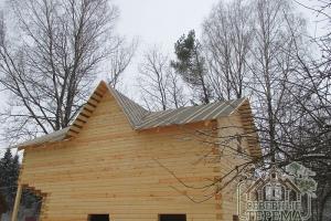 Закончили покрытие крыши деревянного дома рубероидом