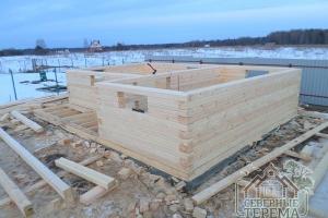 12 рядов брусовых стен уже собрано, слева будет терраса