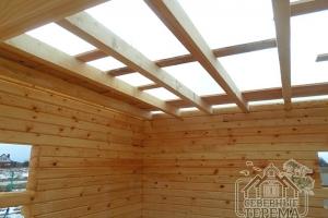 Потолочные балки крупным планом, высокое качество древесины