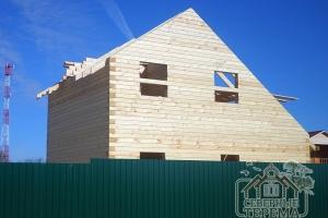 Установлены стропила, форма крыши придает дому оригинальность