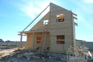 Вынос крыши (справа) для защиты стен сруба от воздействия осадков