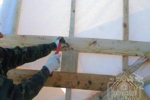 Выполняем монтаж обрешетки поверх слоя, защищающего от влаги