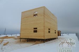 Вид на собранную коробку дома из бруса 9х9 с торца здания