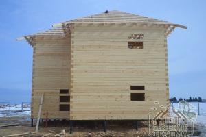Виден вынос в углах будущей четырехскатной крыши