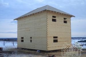 Покрыли крышу рубероидом, дом собран и готов для усадки