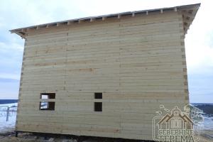 Вид на стену коробки дома из бруса со стороны торца здания