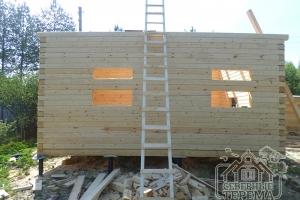 Два окна для двух помещений в торцевой части деревянного дома