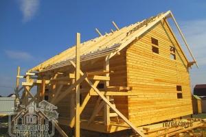 При монтаже крыши обычно устанавливаются строительные леса