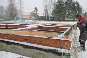 Дом из профилированного бруса также можно поставить на свайный фундамент