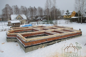 Общий вид ленточного фундамента и обвязочного венца деревянного дома