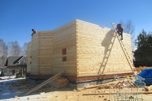 Выполняем подъем пиломатериалов на высоту текущей сборки дома
