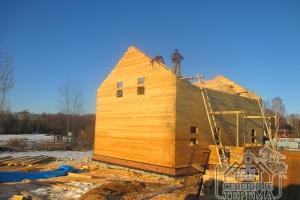 Собрали фронтон со стороны левого торца деревянного дома