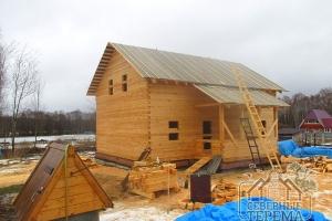 Полностью покрыли оба ската крыши на гидроизоляцию и обрешетку