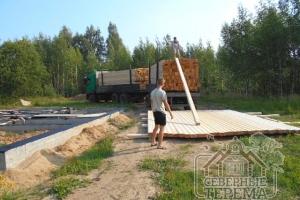 Производится разгрузка строительного материала на участке