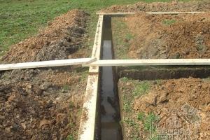 После выкапывания необходимо насыпать слой песка/графия