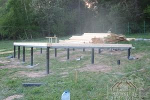 Устанавливаем первый венец сруба брусового дома