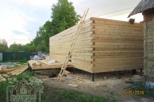20 рядов деревянного дома собрано, 3 метра высоты