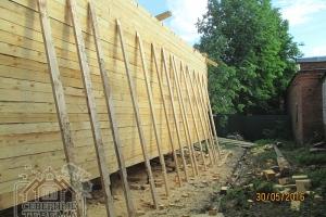 Подготовили стропила и поставили вдоль стены
