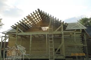 Полностью установили все стропила и обрешетку крыши