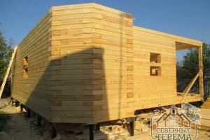 Дом из профилированного бруса в процессе монтажа на участке Заказчика