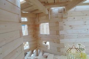 Внутреннее помещение и надежно закрепленные потолочные балки