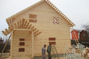 Изюминка этого дома - хорошо продуманное крыльцо с отдельной крышей