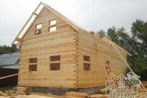 Фронтон задней части деревянного дома, вынос стропил крыши