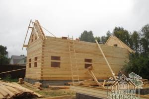 Как мы видим, оба фронтона 1 дома готовы, монтируем стропила
