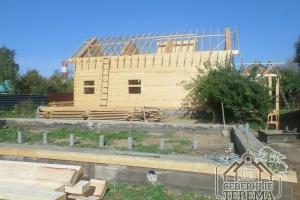 За фундаментом можно увидеть доски для обрешетки крыши 1-го дома