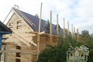 Бригада на строительных лесах, покрытие крыши 2-го дома