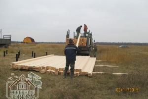 Разгрузка профилированного бруса 150х150, из которого будет строиться дом