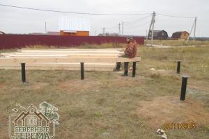 Опоры свайно-винтового фундамента гидроизолируются перед сборкой дома