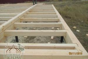 Половые лаги, укрепленные в базовый венец деревянного дома из бруса
