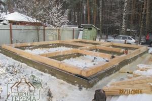 Закладной венец установлен на гидроизолированный фундамент