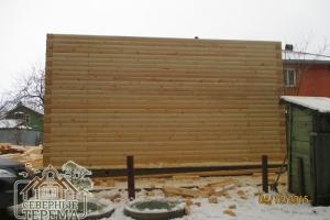 Вид на собираемый деревянный дом с задней стороны