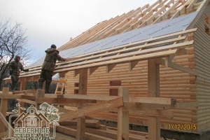 Бригада устанавливает гидропароизоляцию крыши TAKOFOL