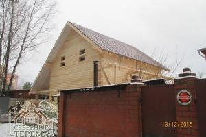 Закончили покрытие первого ската крыши дома из бруса