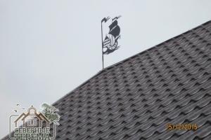 Декоративный символ этого дома - парусник (в металле)