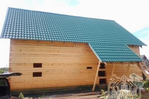 Дом из бруса, покрытый металлочерепицей
