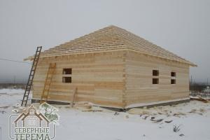 Обрешетка деревянного дома с четырехскатной крышей смонтирована