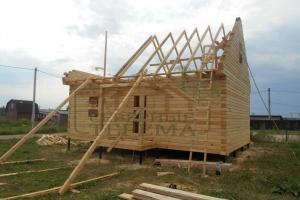 Одноэтажный дом с рубленными фронтонами