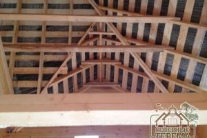 Вид на стропильную систему, крышу изнутри дома