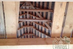 Усиливающие скаты крыши балки
