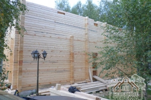 Фасадная часть строящегося деревянного дома