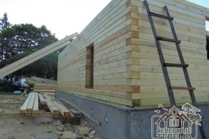 Вид на строительство с угла фасадной части дома
