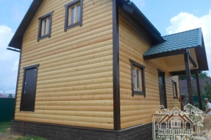 Вид на отделанный дом со стороны другого фронтона