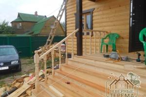 Деревянные перила крыльца с балясинами