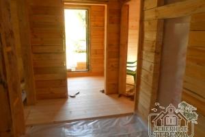Вид на входную дверь изнутри, гидроизоляция дома из бруса