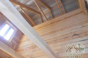 Потолочные балки, вид наверх на стропильную систему и крышу